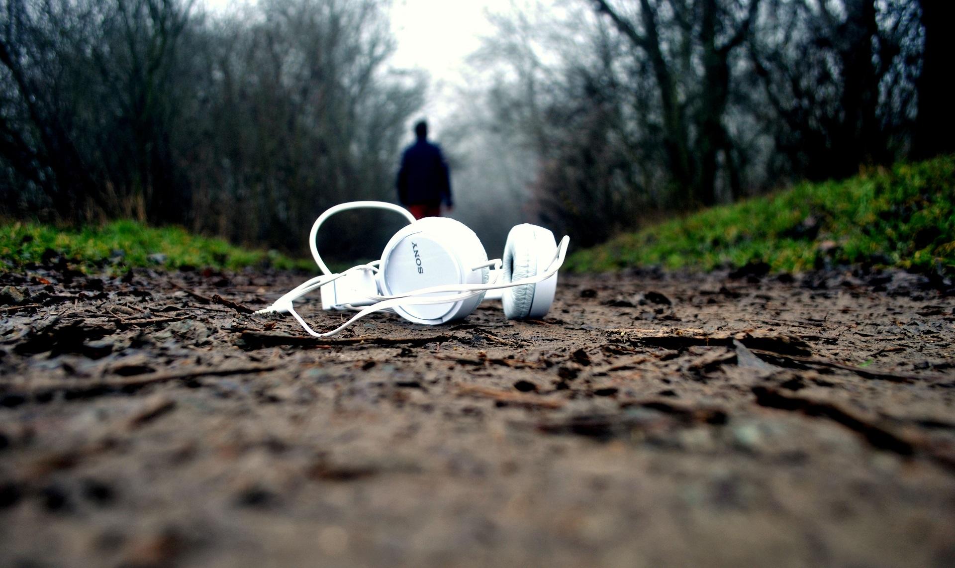 Kopfhörer auf der Erde