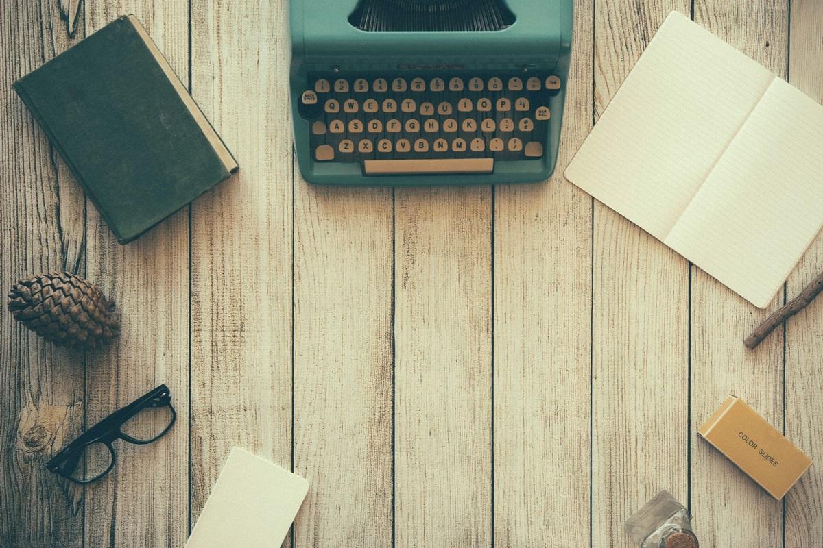 Schreibmaschine und Bücher